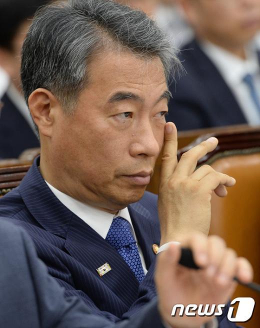 [사진]고심하는 정종섭 장관