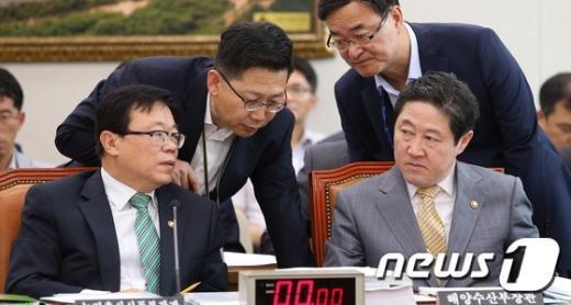 [사진]동시 보고받는 이동필-유기준 장관