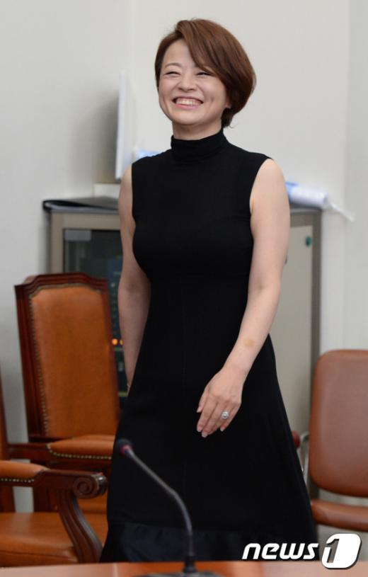 [사진]진선미 의원 '원피스 입고 등장'