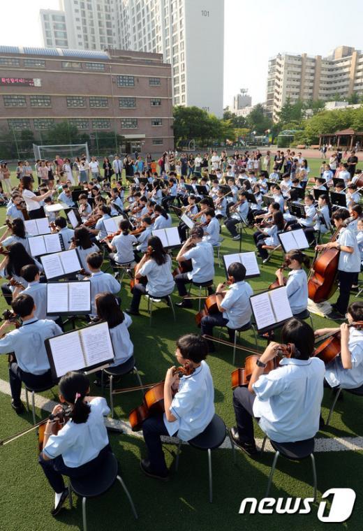 [사진]'오케스트라 음악 들으며 등교해요'