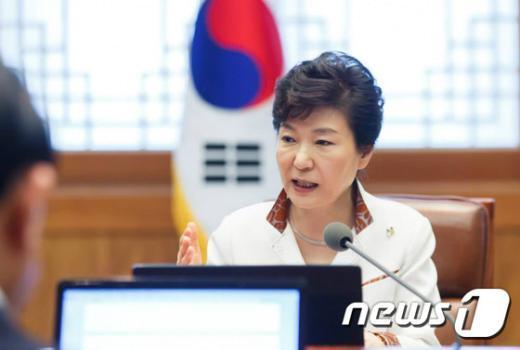 박근혜 대통령이 지난달 29일 오전 청와대 수석비서관 회의를 주재하고 있다. (청와대) 2015.6.29/뉴스1 © News1 이광호 기자
