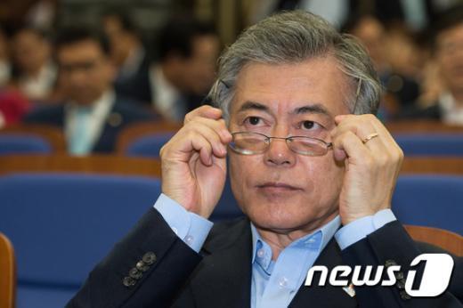 [사진]안경 고쳐쓰는 문재인 새정치연합 대표