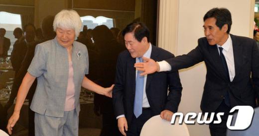 [사진]인사하는 박신자 원로여자농구인과 최경환 명예총재