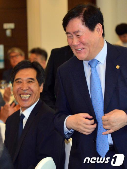 [사진]환하게 웃는 WKBL 전임, 신임 총재
