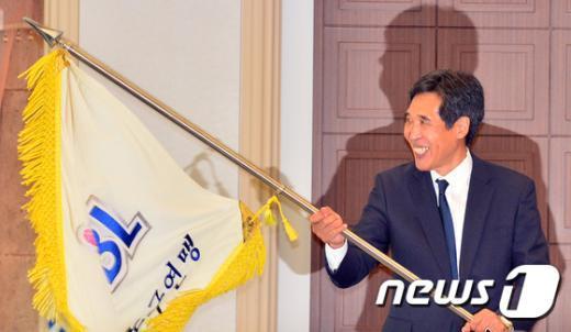 [사진]WKBL 연맹기 흔드는 신선우 총재