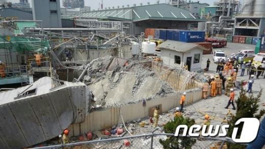 [사진]폭발사고로 아수라장이 된 한화케미컬 울산2공장