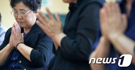 3일 오전 경기도 평택시 해군 2함대사령부 해웅사에서 열린 제2연평해전 추모법회에 참석한 유가족들이 기도를 하고 있다. 2015.7.3/뉴스1 © News1 이재명 기자