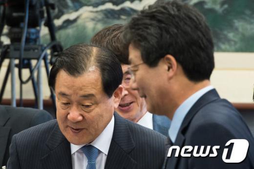 [사진]국회 운영위서 만난 이병기-유승민