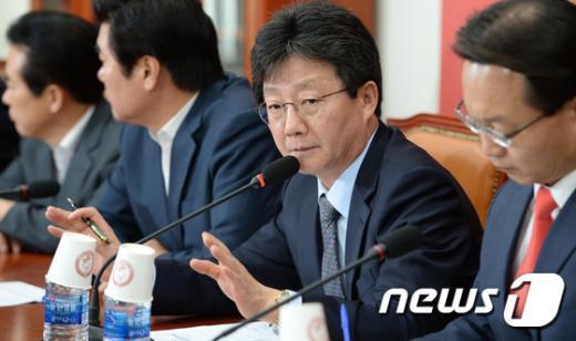 [사진]연석회의 주재하는 유승민 원내대표