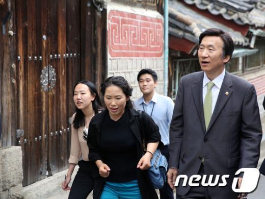 [사진]윤병세 장관 '북촌을 직접 가보니'