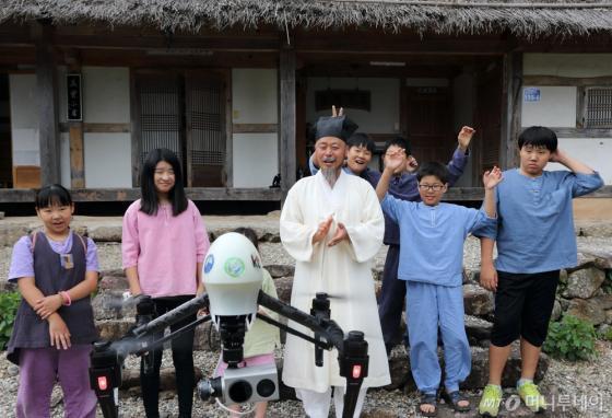 사진은 청학동 기가서당 학생들과 훈장이 KT가 '청학동 기가창조마을'에 기증한 LTE 드론의 시험운영을 지켜보고 있는 모습. /사진제공=KT.<br /> <br />  <br />