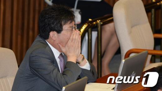 [사진]고심하는 유승민 '사퇴냐 버티기냐'