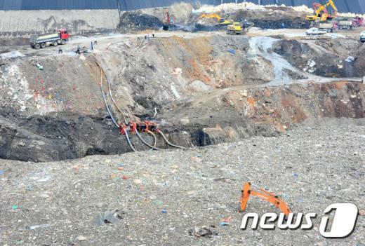[사진]폐기물에 묻힌 포크레인