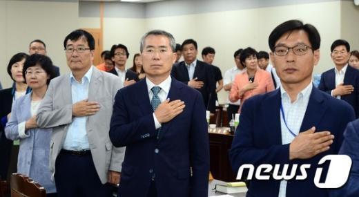 [사진]국민의례하는 최저임금위원회 위원들