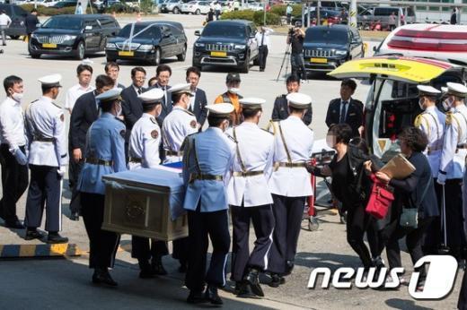 [사진]中 버스추락사고 시신 도착, '유가족 오열'