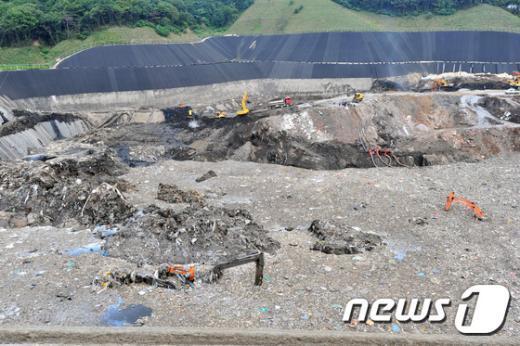 [사진]무너진 폐기물 매립장