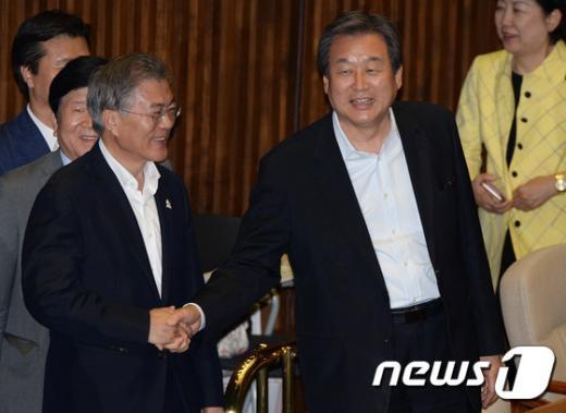 [사진]문재인 '김무성 대표 투표하시죠'