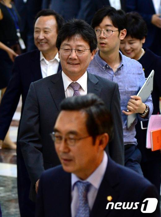 [사진]밝은 표정으로 본회의 참석하는 유승민