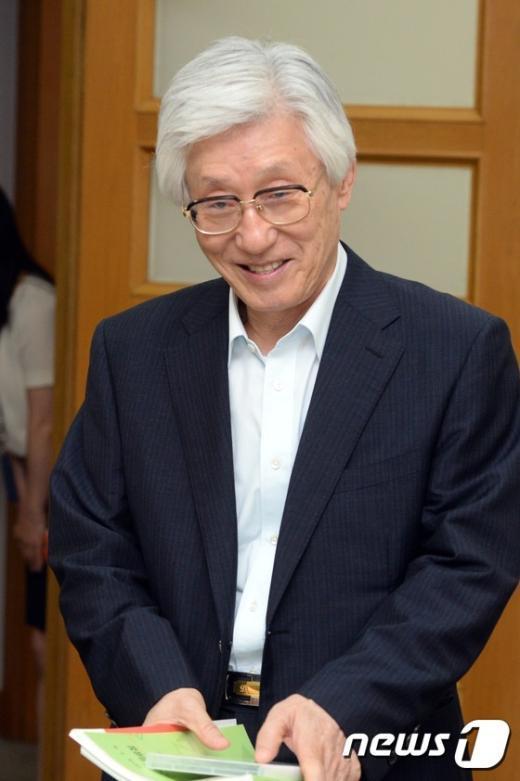 [사진]양형위원회 참석하는 이진강 위원장
