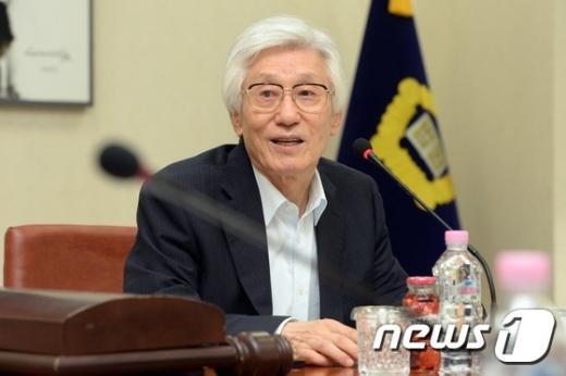 [사진]모두발언하는 이진강 양형위원장