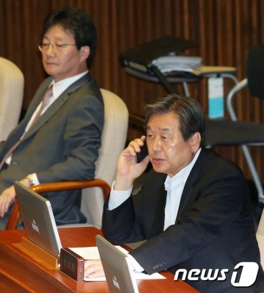 [사진]전화 통화하는 김무성 대표