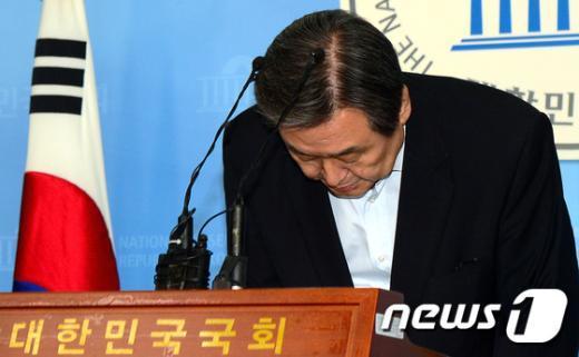 """[사진]""""국민께 송구"""" 고개 떨군 김무성 대표"""