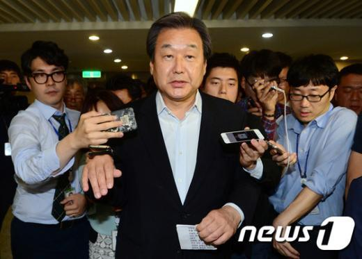 [사진]질문 공세받는 김무성 대표