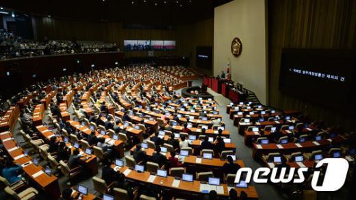 6일 오후 서울 여의도 국회에서 열린 본회의에서 국회법 개정안 재의 표결 진행되고 있다. 2015.7.6/뉴스1 © News1 허경 기자