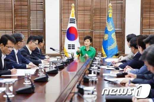 박근혜 대통령이 6일 오전 청와대에서 제4차 핵심개혁과제 점검회의를 주재하고 있다. (청와대 제공) 2015.7.6/뉴스1 © News1 이광호 기자