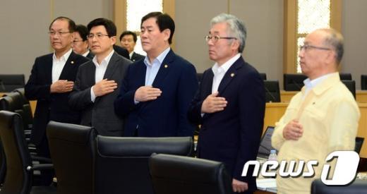 [사진]국민의례하는 황교안 총리와 국무위원