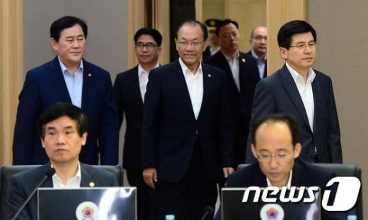 [사진]총리-부총리 국무회의 참석
