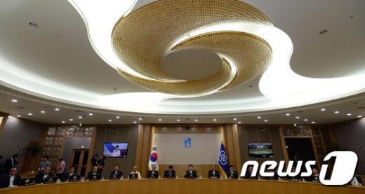 [사진]朴대통령 국무회의 모두발언 경청하는 세종청사