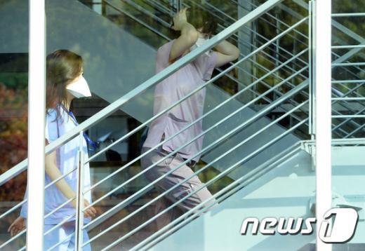 서울 강남구 삼성서울병원에서 간호사들이 마스크를 쓴 채 음압격리텐트로 향하고 있다. /뉴스1 © News1 신웅수 기자