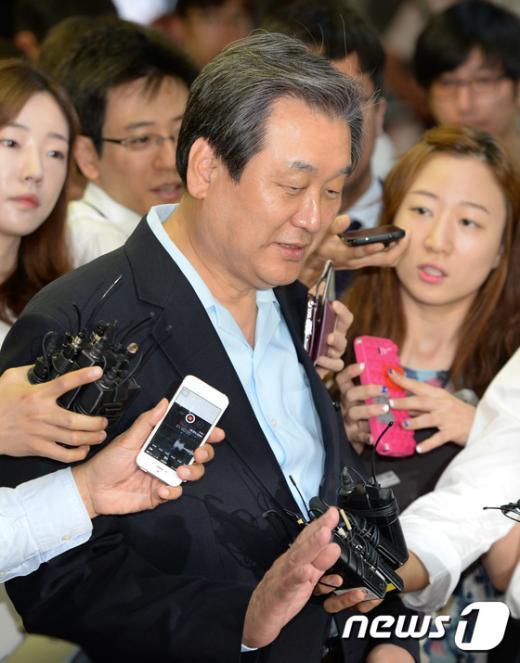 [사진]의총장 향하는 김무성 대표