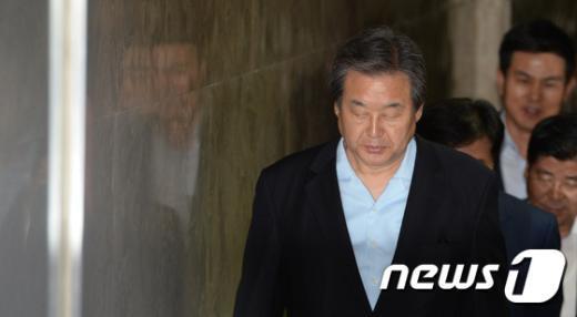 [사진]김무성, 유승민에게 의총 결과 전달하기로