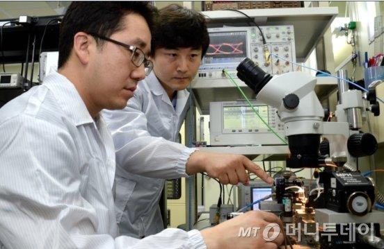 ETRI 연구진들이  제작된 실리콘칩의 광 송수신 특성을 측정하고 있다./사진제공=ETRI