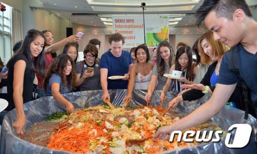 [사진]비빔밥 비비는 외국인 대학생