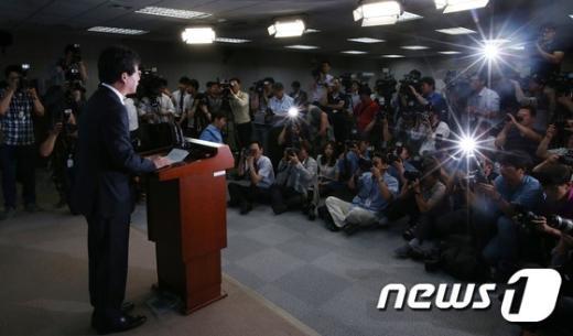 [사진]유승민, 원내대표 사퇴 기자회견