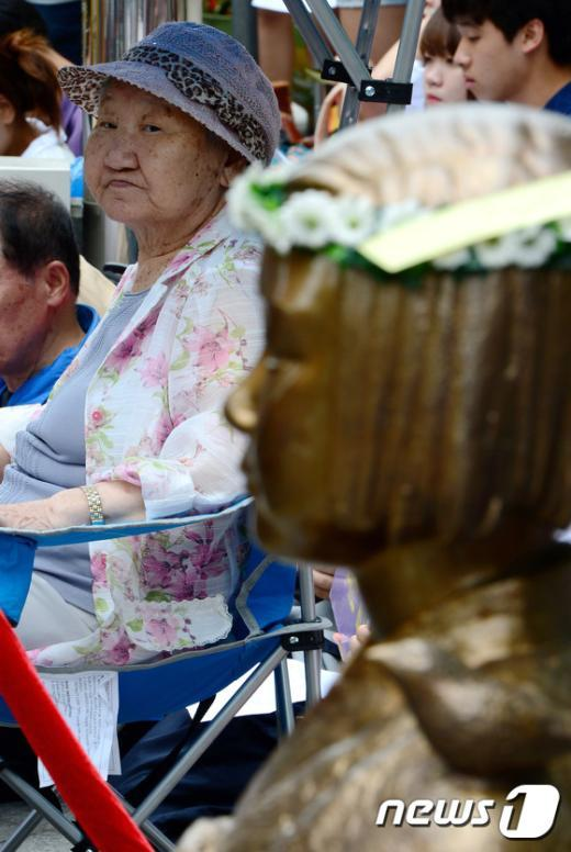 [사진]할머니와 소녀상