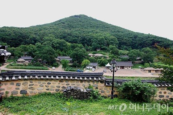 향단 바깥사랑대청에서 내려다본 양동마을 /사진=김유경기자