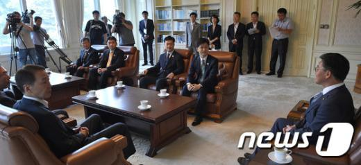 [사진]남북공동위 대표단 접견하는 홍용표 통일부 장관