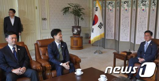 [사진]홍용표 장관, 남북공동위 대표단 접견