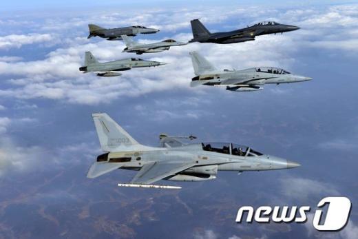 지난 2월 5일 소어링 이글(Soaring Eagle) 훈련에 참가한 국산전투기 FA-50이 F-15K, KF-16, F-4, F-5 전투기와 더불어 호흡을 맞추며 비행하고 있다.  (공군 제공) 2015.2.5/뉴스1 © News1 조희연 기자