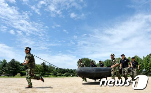 [사진]보트 릴레이 훈련 받는 탈북 청소년