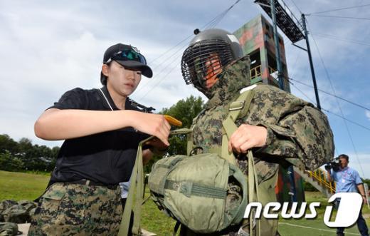 [사진]강하훈련 전 보호장구 착용
