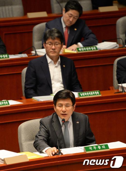 [사진]추경 관련 답변하는 황교안 총리
