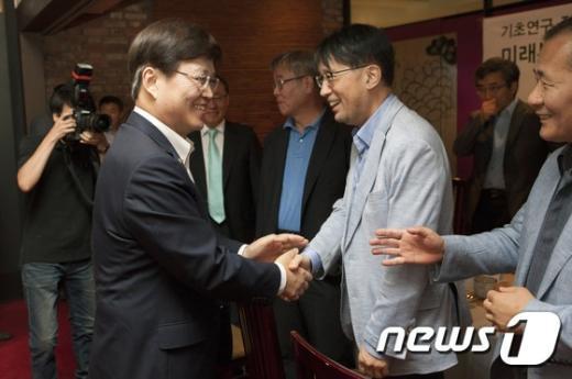 [사진]참석자들과 인사 나누는 최양희 장관