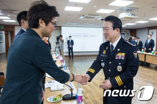[사진]강제규 감독과 인사하는 강신명 경찰청장