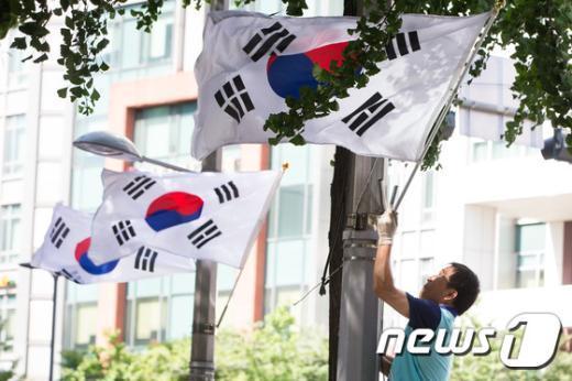 [사진]내일 67주년 제헌절 '태극기 게양 잊지마세요'