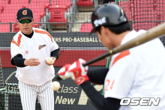 롯데 장종훈(왼쪽) 코치. /사진=OSEN<br /> <br />